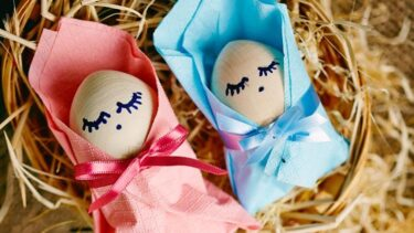 graphicstock-image-of-two-baby-easter-eggs-wrapped-into-pink-and-blue-paper_rslxtsvjxw_1